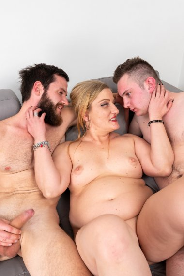 This mature slut seduced two workers in a threesome