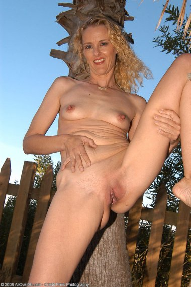 Kira gets naked and spreads her ass in the forest