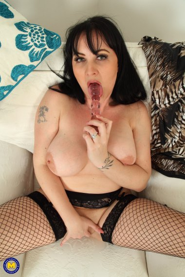 Hot British Amber Leigh loves to play with her pussy