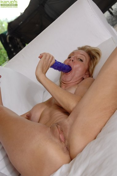 Busty cougar Jenna Covelli masturbates with dildo