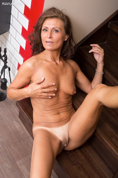 Older housewife Drugaya exposes her tanlined pussy