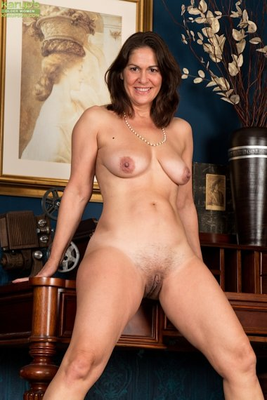 Older office babe Kaysy strips naked on her desk