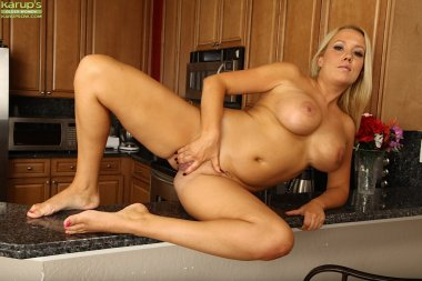 Busty cougar Tara Star rubs her pussy on the counter
