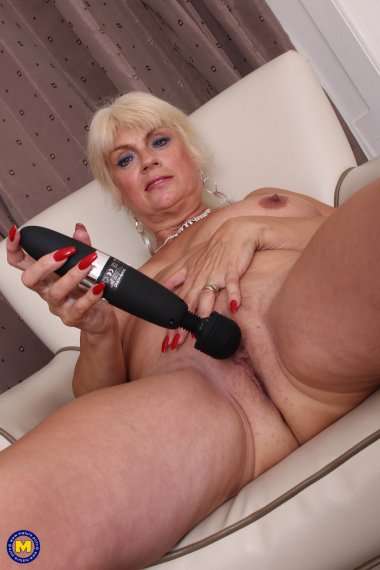 This naughty mature cougar loves to play with herself