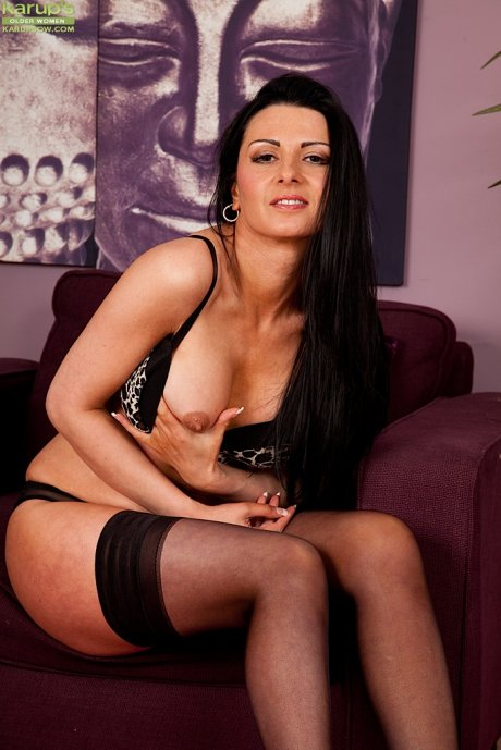 Stunning MILF Sienna Richardson fingerbangs her wet pussy
