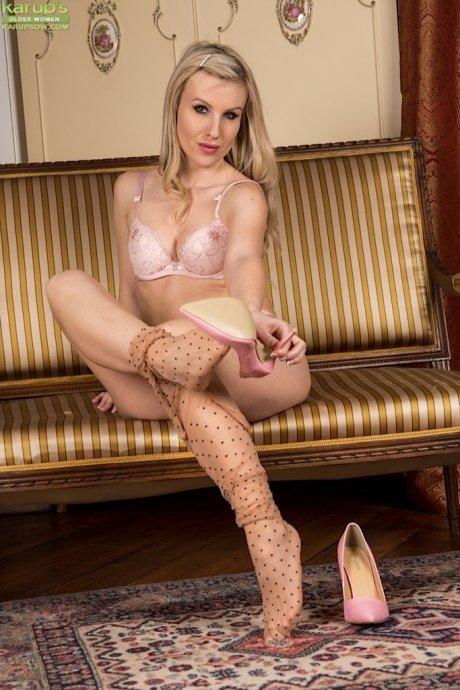 Blonde babe Evey Kristal spreads MILF pussy