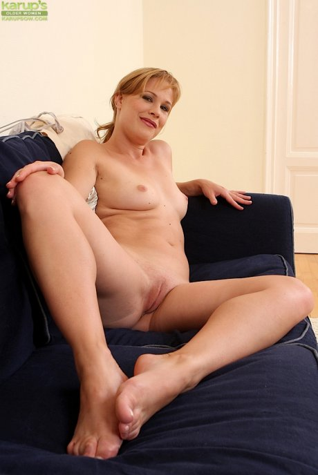 Sexy mature babe Laura Gains plays with her pussy