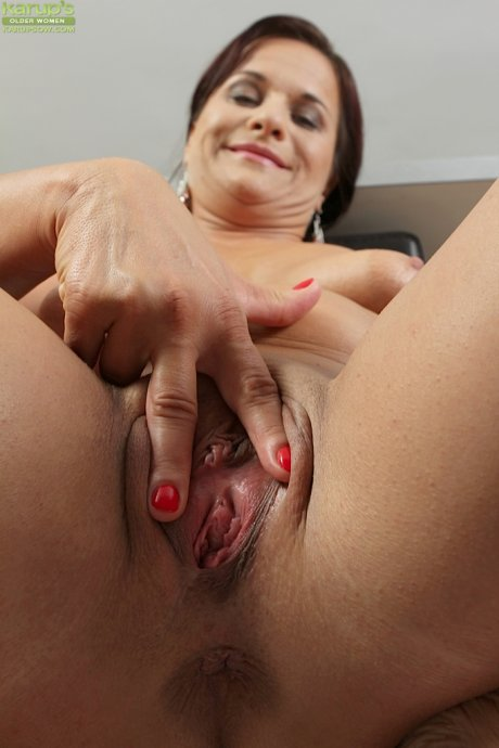 Older babe Katherine Ross spreads her shaved pussy